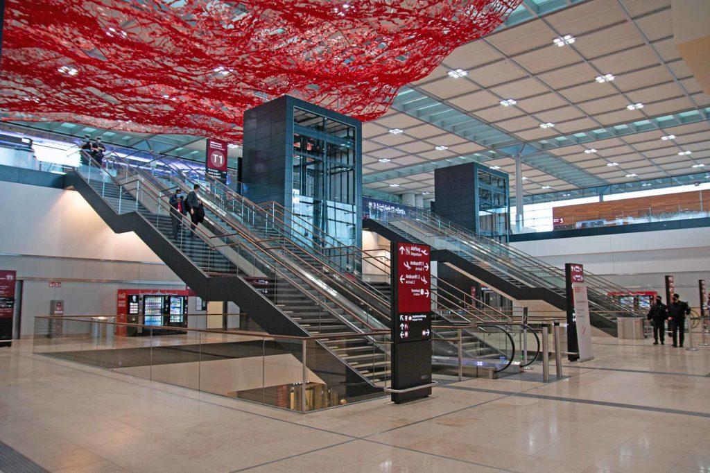 BER, Terminal 1. An der Decke der Fliegende Teppich kalifornischen der Künstlerin Pae White. Das etwa 4,5 Tonnen wiegende Kunstwerk mit den Abmessungen 56 mal 42 Meter hängt an 150 kaum sichtbaren Seilen / Foto: Ingo Paszkowsky