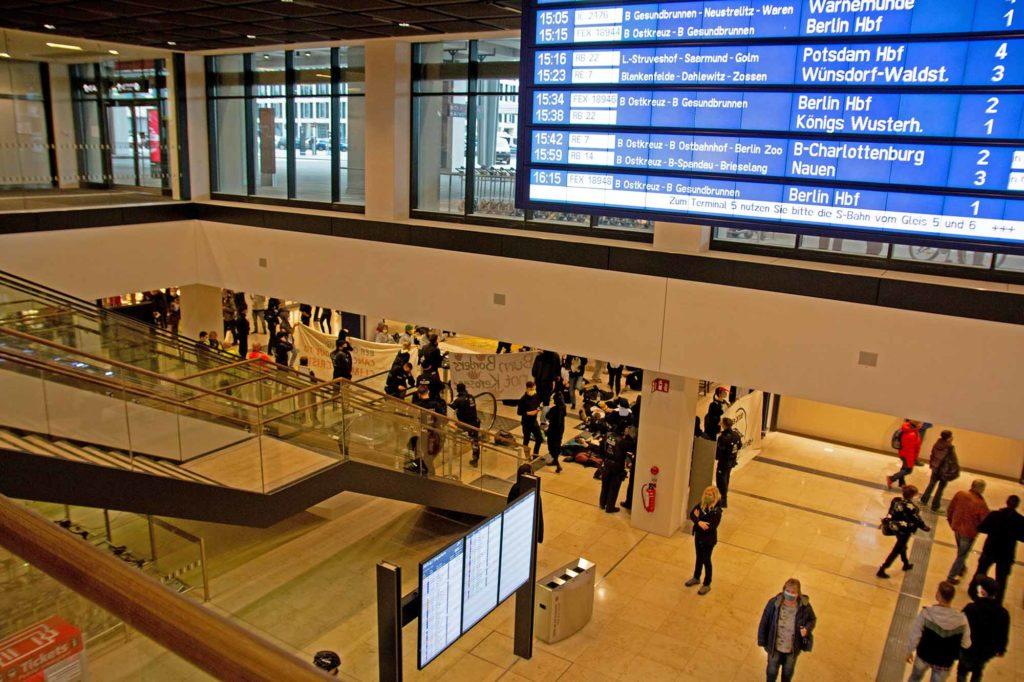Nicht alle freuen sich über die Eröffnung im BER. Im Eingangsbereich eine Demonstration einer Naturschutzorganisation / Foto: Ingo Paszkowsky