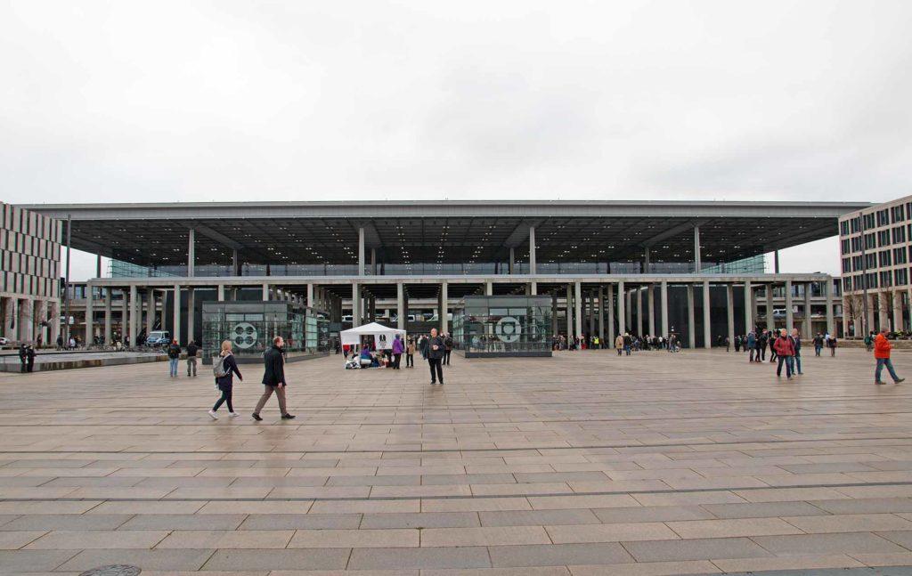 Trübes Wetter herrschte am 31. Oktober 2020 zum Eröffnungstermin des Flughafens Berlin Brandenburg. Hoffentlich sind die Pandemie-bedingten Aussichten für den BER nicht genauso trüb. Das Terminal 1 ist das größte des neuen Airports. / Foto: Ingo Paszkowsky