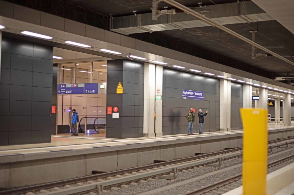 """Direkt unter dem Terminal 1 befindet sich der neue, sechsgleisige Bahnhof """"Flughafen BER Terminal 1-2"""" mit drei Bahnsteigen. Es wird erwartet, dass zwei von drei Reisenden mit öffentlichen Verkehrsmitteln zum neuen Flughafen kommen. / Foto: Ingo Paszkowsky"""