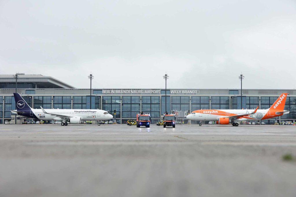Willkommen am BER: standesgemäß wurden die beiden Flugzeuge von Lufthansa und easyjet von der BER-Flughafenfeuerwehr mit einer Wasserfontäne begrüßt. / Bildquelle: Thomas Trutschel/Photothek