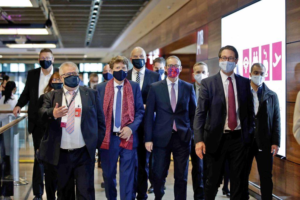 Maskenmänner: Die Prominenzn auf dem Weg zur Begrüßung der ersten beiden Flugzeuge im Terminal 1 / Bildquelle: Janine Schmitz / photothek.net