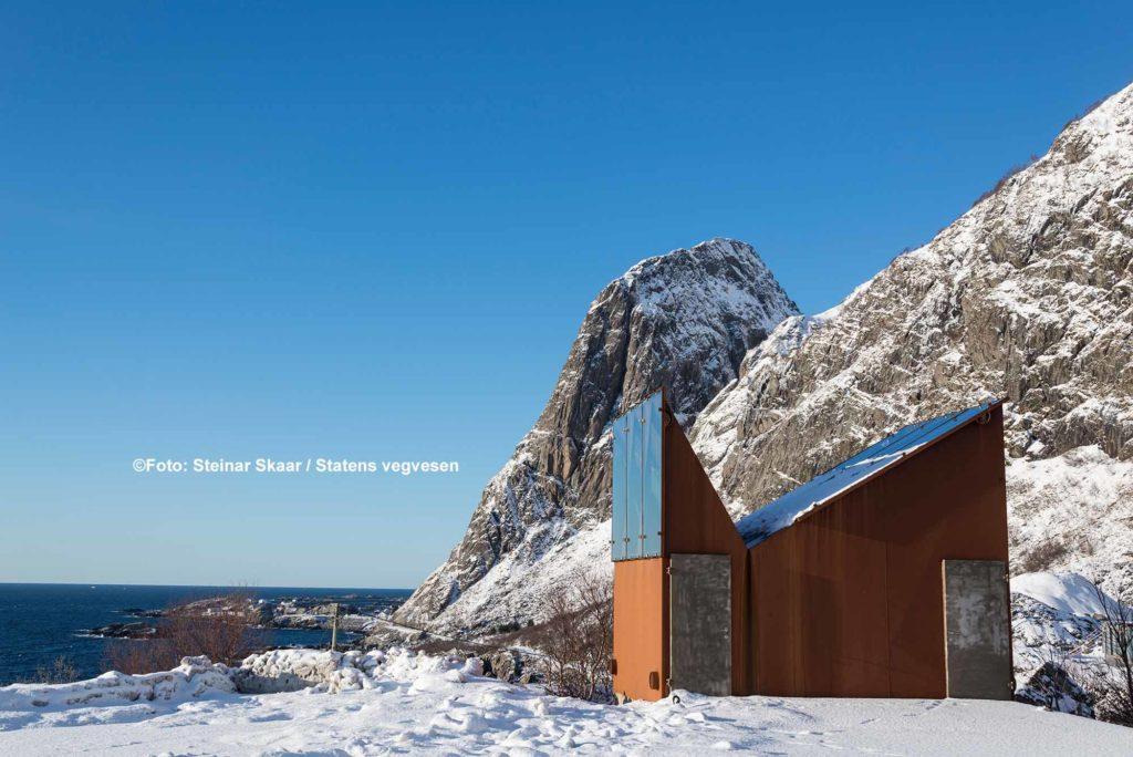 Akkarvikodden. Die charakteristische Form des Toilettengebäudes orientiert sich an den steilen Berghängen inmitten der rauen, unberührten Natur des Vestfjords / ©Foto: Steinar Skaar / Statens vegvesen