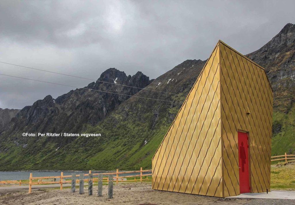 Das dreieckige Toilettengebäude am Strand mit einer vergoldeten Außenfassade ist eine Attraktion für sich / ©Foto: Per Ritzler / Statens vegvesen