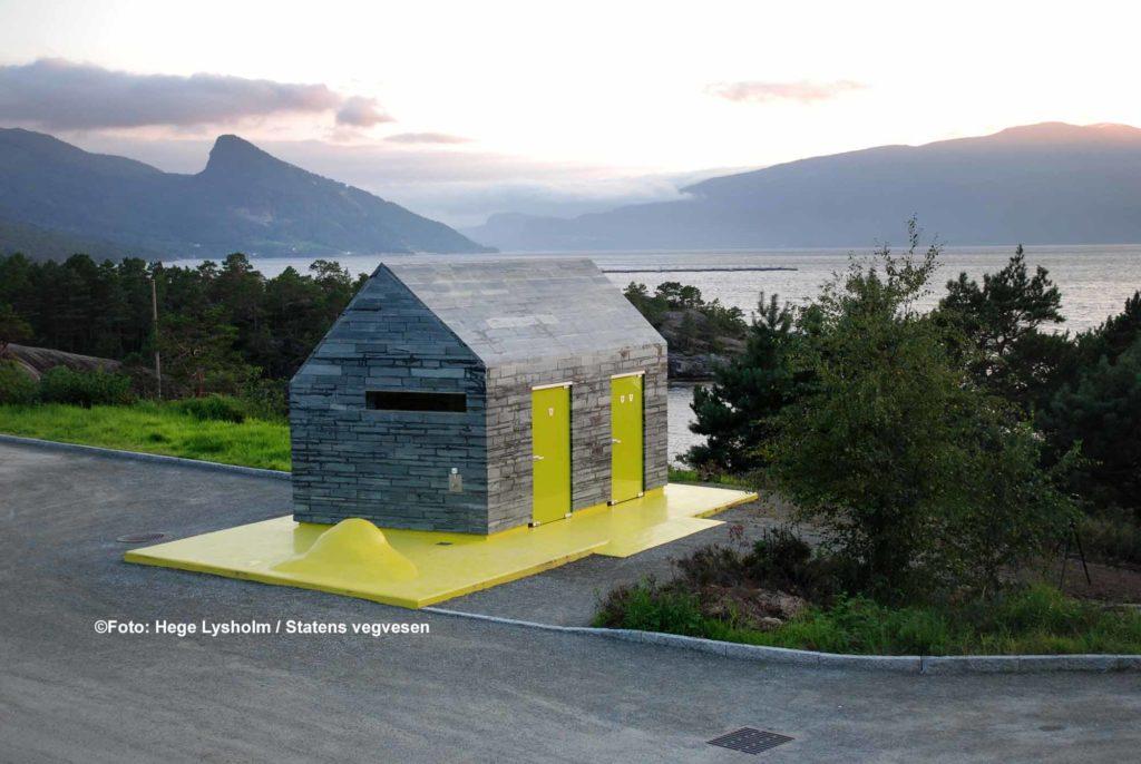 Das interessante Toilettengebäude ist einzigartig, kombiniert alte Bautechniken wie Schiefer mit Beton und Glas in kräftigen Farben / ©Foto: Hege Lysholm / Statens vegvesen