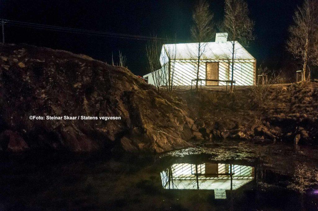 Der Warteraum am Fähranleger hat eine transparente Glasfaserverkleidung / ©Foto: Steinar Skaar / Statens vegvesen