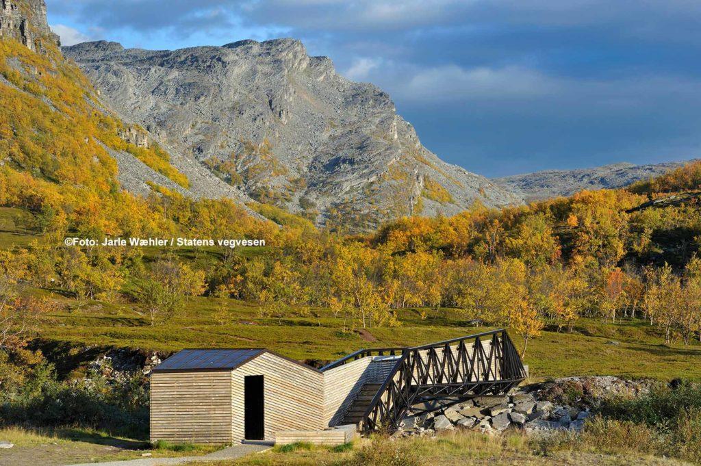Lillefjord. Die Brücke über den Fluss Fosseelva, die in den Fjord mündet, besteht aus einem integrierten Unterstand, Toiletten und Bänken / ©Foto: Jarle Wæhler / Statens vegvesen