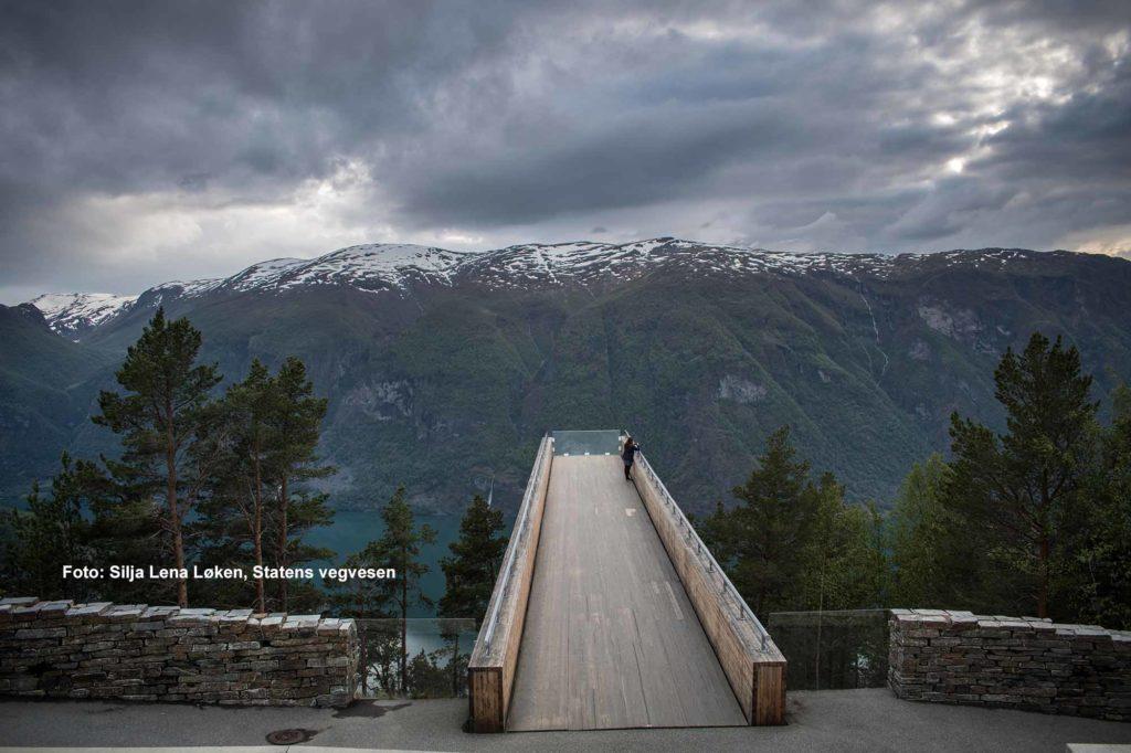 Die elegante Aussichtsplattform in Stegastein mit Blick auf den Aurlandsfjord. / Architekt: Todd Saunders / Saunders & Wilhelmsen / Foto: Silja Lena Løken, Statens vegvesen
