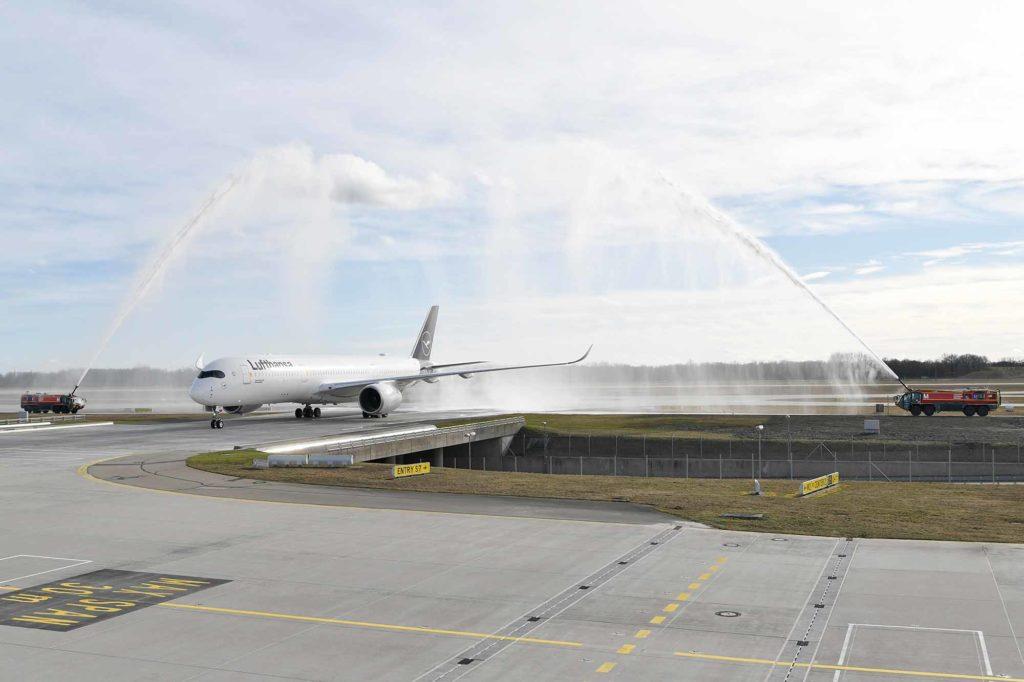 Der Airbus A350-900 wurde nach der Landung am Münchner Flughafen von der Feuerwehr mit einer Wassertaufe begrüßt. / Foto: Lufthansa / Alex Tino Friedel - ATF Pictures