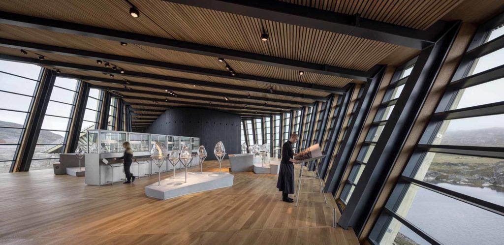 Im Ilulissat Icefjord Centre können die Besucher die Ausstellung 'Sermeq pillugu Oqaluttuaq - Die Geschichte des Eises' erkunden. / Credits: Adam Mørk