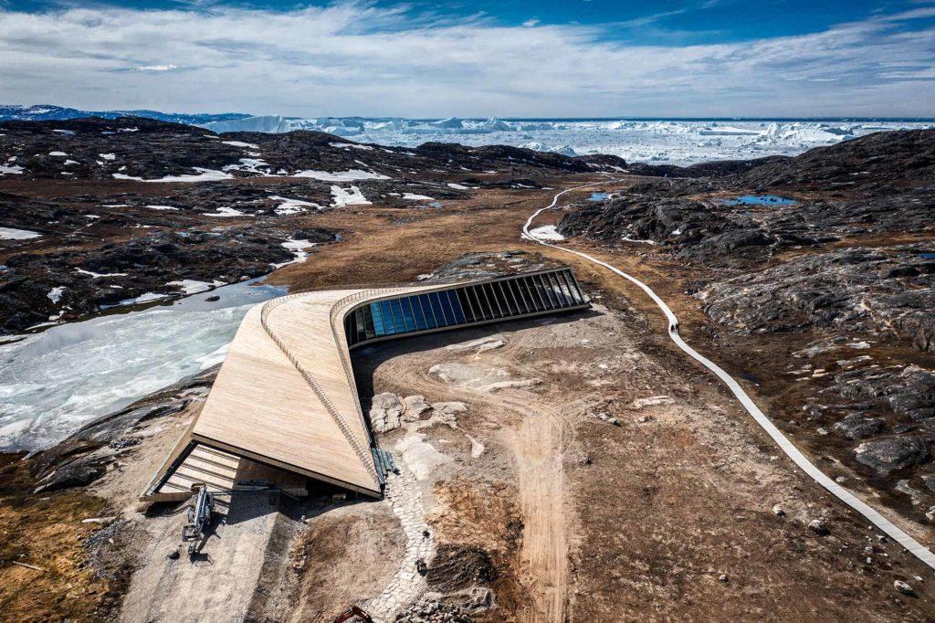 Blick von oben auf das Eisfjordzentrum und Kangia - Ilulissat Eisfjord / Credit: KJ Greenland