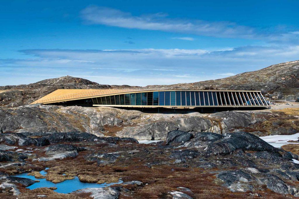Die Form des Gebäudes wurde inspiriert durch den Flug einer Schneeeule über der Landschaft / Credits: Jeppe Kjær