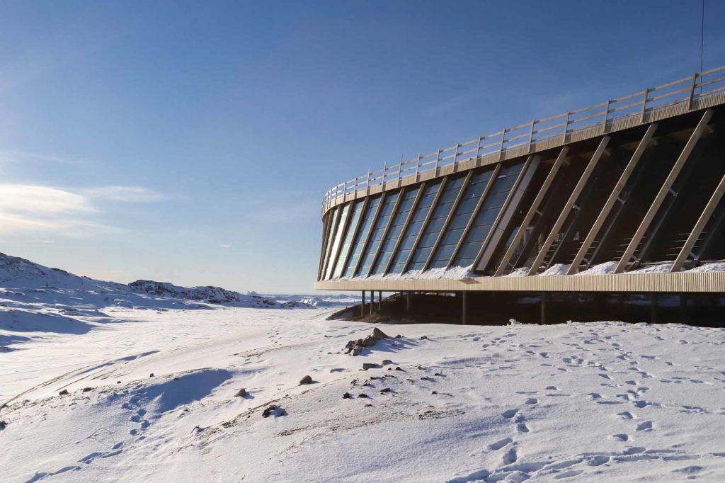 Die offenen verglasten Bereiche an den Seiten des Gebäudes bieten Besuchern einen spektakulären Blick über die Landschaft / Credits: Kasper Pilemand, Dorte Mandrup AS