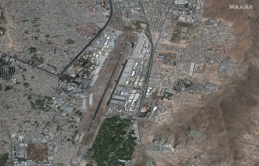 Aufnahme vom Airport Kabul vom 27. August 2021 um 10:15 Uhr Ortszeit / Satellite image ©2021 Maxar Technologies