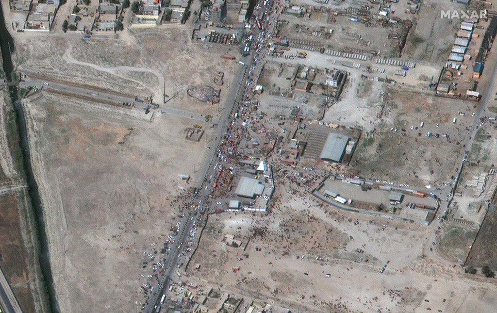 Aufnahme vom Northeastern Gate Hamid Karzai Airport am 27. August 2021 um 10:15 Uhr Ortszeit / Satellite image ©2021 Maxar Technologies