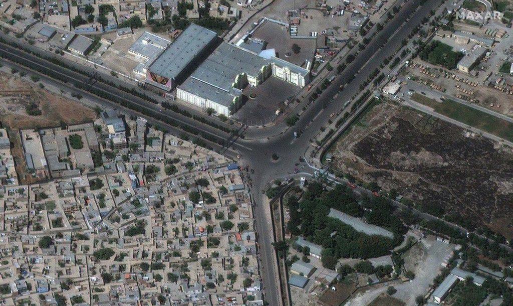 Aufnahme vom Haupteingang des Flughafens in Kabul vom 27. August 2021 um 10:15 Uhr Ortszeit/ Satellite image ©2021 Maxar Technologies