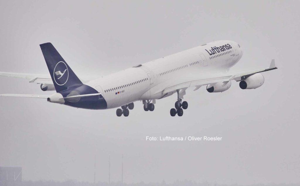 Mit einer A340-300 fliegt Lufthansa im Auftrag der Bundesregierung Flüchtlinge von Usbekistan nach Deutschland aus / Foto: Lufthansa / Oliver Roesler