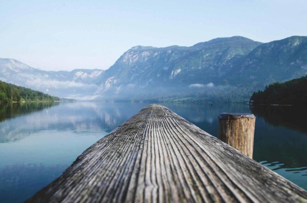 Vor allem die stillen, naturbelassenen Bergkulissen Sloweniens sind bei Reisenden beliebt. / Foto: pixabay / Ales Krivec