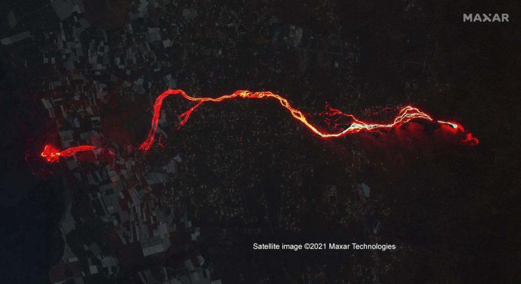 Vulkan-Ausbruch auf der Kanaren-Insel La Gomera: Dieses Bild ist eine Überlagerung aus dem nächtlichen Satellitenbild vom 30. September und einem früheren Satellitenbild vom 17. August bei Tageslicht, um die Lage des Lavastroms besser zu können. / Foto: Satellite image ©2021 Maxar Technologies