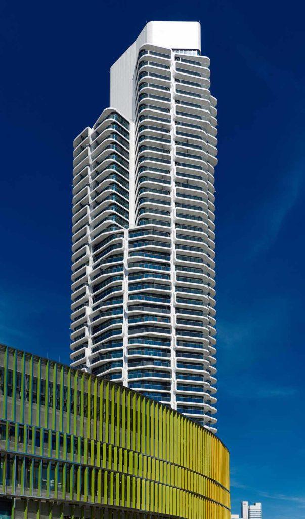 """10. Platz Emporis Skyscraper Award, Gebäudename: Grand Tower, Ort: Frankfurt am Main, Deutschland, 180 Meter Höhe, 51 Etagen, Architekten: Magnus Kaminiarz & Cie. Architektur. Der Turm ist das höchste Wohngebäude Deutschlands. Der Grand Tower gilt als das erste Wohnhochhaus in Deutschland, das global vermarktet wird, mit Schwerpunkt auf dem asiatischen, arabischen und nordamerikanischen Markt. Das Gebäude verfügt über eine große Sonnenterrasse für seine Bewohner. Darüber hinaus gibt es die sogenannte """"Grand Terrace"""", die als Garten angelegt ist. / Foto Copyright Jochen Kratschmer"""