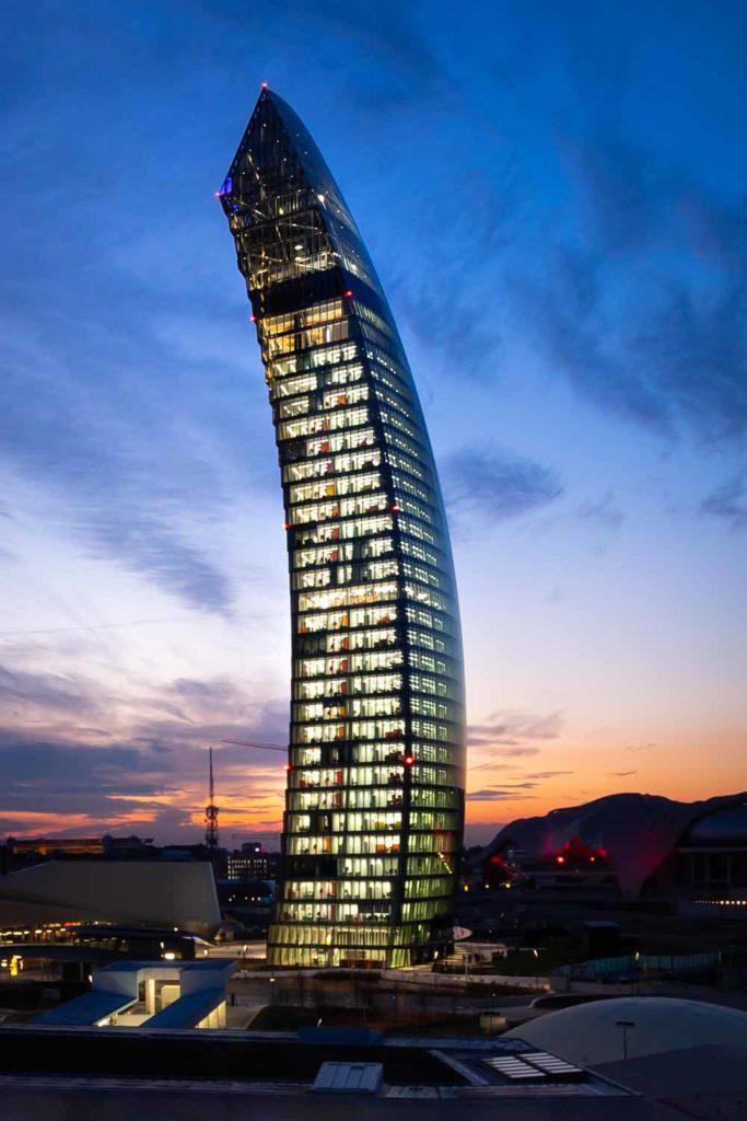 """4. Platz Emporis Skyscraper Award, Gebäudename: Libeskind Tower, Ort: Mailand, Italien, 175 Meter Höhe, 34 Etagen, Architekten: Studio Daniel Libeskind. Der Nickname ist """"Il Curvo"""", was """"Der Gebogene"""" bedeutet. Der Libeskind Tower ist der dritte Wolkenkratzer des berühmten CityLife-Viertels in Mailand. Das Gebäude ist der italienische Hauptsitz des Unternehmens PwC. / Foto Copyright Alberto Fanell"""