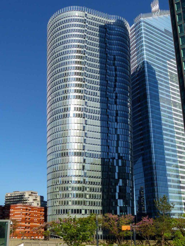 6. Platz Emporis Skyscraper Award, Gebäudename:Tour Alto, Ort:Courbevoie, Frankreich,160 Meter Höhe,38 Etagen, Architekten:IF Architectes; SRA Architectes. Die Fassade des Towers besteht aus mehr als 3.800 Glasblöcken. Der Turm hat eine belüftete Doppelfasssade und bietet somit zusätzlichen Schallschutz und eine gute Klimatisierung des Gebäudes. Aufgrund der ungewöhnlichen Konstruktion des Gebäudes vergrößert sich die Fläche der Stockwerke von 700 Quadratmeter an der Basis des Turms auf 1.500 Quadratmetern an der Spitze. / Foto Copyright Thomas Pichereau