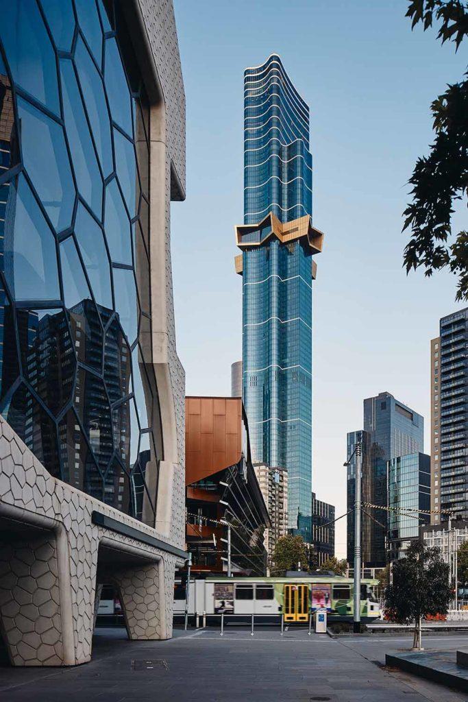 7. Platz Emporis Skyscraper Award, Gebäudename:Australia 108, Ort: Melbourne, Australien, 317 Meter Höhe, 100 Etagen, Architekten: Arney Fender Katsalidis Architects. Australia 108 ist das höchste Wohngebäude der südlichen Hemisphäre. Das Design des goldenen Sterns ist von dem Commonwealth Star auf der australischen Flagge inspiriert. Der Wolkenkratzer hat eine rechteckige, gerippte Form und ist von außen vollständig verglast, um einen 360-Grad-Blick auf die Stadt zu ermöglichen. / Foto Copyright Peter Bennetts