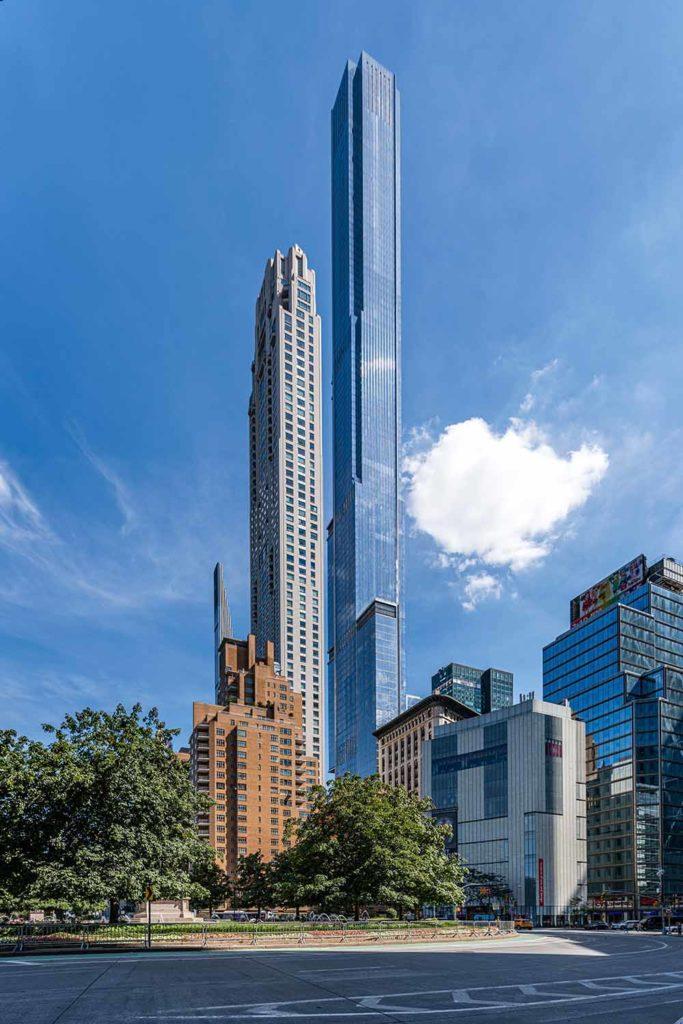 """8. Platz Emporis Skyscraper Award, Gebäudename:Central Park Tower, Ort: New York City, USA, Höhe: 472 Meter, 98 Etagen, Architekten: Adrian Smith + Gordon Gill Architecture; Adamson Associates. Der Central Park Tower ist der höchste Apartment-Wolkenkratzer der Welt. Der Wolkenkratzer hat ein höheres Dach als das One World Trade Center, das dank seiner Turmspitze den Titel des höchsten Gebäudes der Stadt vorerst behält. Aufgrund seines schlanken Erscheinungsbildes wird das Gebäude als """"Bleistiftturm"""" bezeichnet. Am Fuß des Turms befindet sich ein 7-stöckiges Nordstrom-Geschäft, darüber ein Hotel und in den oberen Stockwerken Eigentumswohnungen. / Foto Copyright Royce Douglas"""