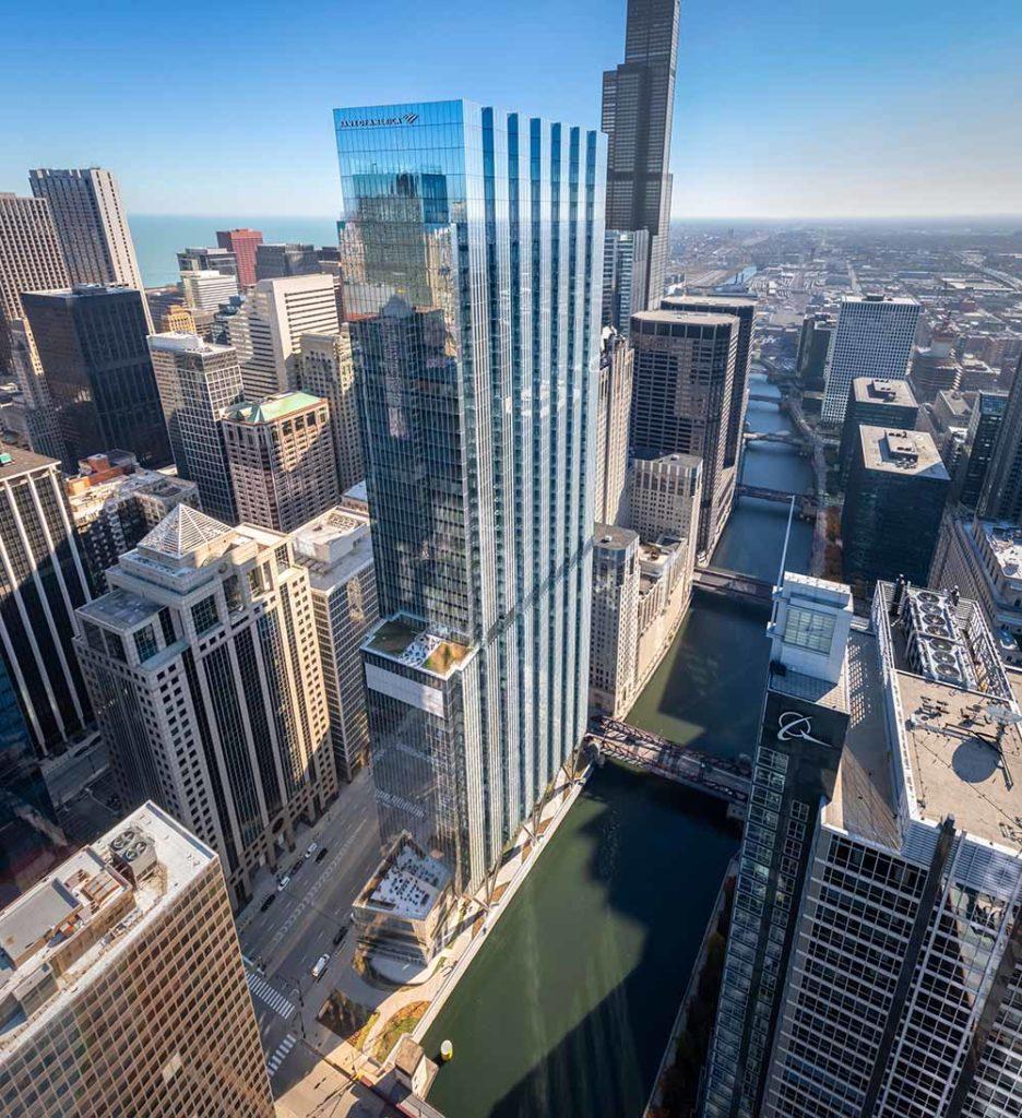 9. Platz Emporis Skyscraper Award, Gebäudename:110 North Wacker Drive, Ort: Chicago, USA, Höhe:248 Meter, 55 Etagen, Architekten: Goettsch Partners. Der Turm ist das höchste rein gewerblich genutzte Gebäude in Chicago. Die 14 Meter hohe Lobby des Turms ist von einer seilgestützten Glaswand umgeben, und die Aufzugskerne sind mit skulpturalem, gefaltetem Kalkstein verkleidet. Der Wolkenkratzer, der auch als Bank of America Tower bekannt ist, ist 57 Stockwerke hoch. / Foto Copyright Nick Ulivieri Photography