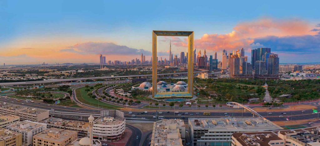 Die Skyline von Dubai mit dem Dubai Frame, entworfen von Architekt Fernando Donis / Foto: Emirates