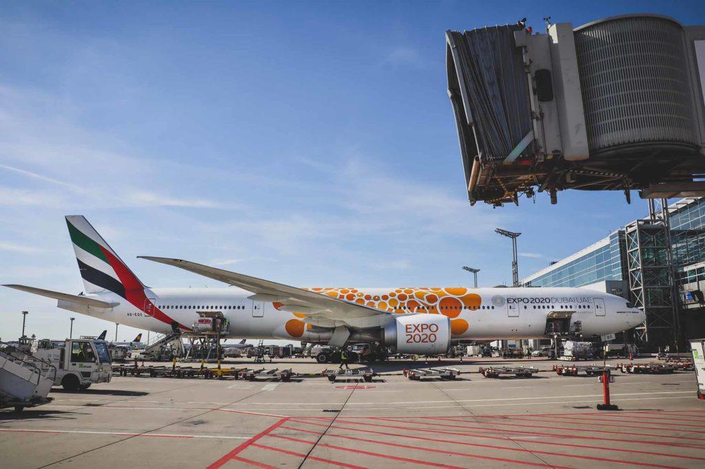 Emirates Boing 777-300ER mit EXPO 2020-Lackierung auf dem Frankfurter Flughafen / Foto: Flughafen Frankfurt