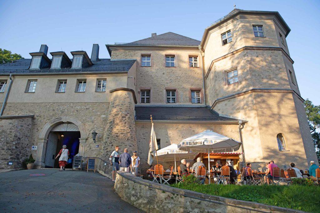 Einkehr auf Schloss Schauenstein zum Landknechtschmaus. Biergarten vor dem Schloss / Foto: Ingo Paszkowsky