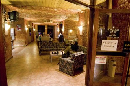 Die Hotellobby des Desert Cave Hotels in Coober Pedy. Foto: Ingo Paszkowsky