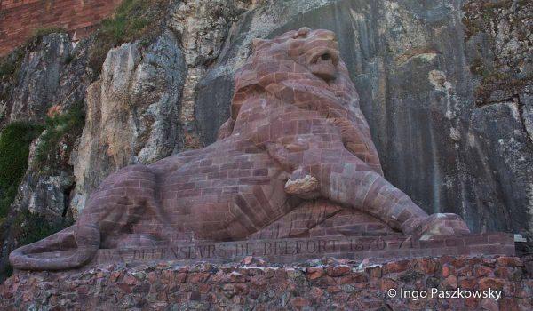 Vor einiger Zeit wurde der Löwe gereinigt. Er strahlt wieder in zartem roten Sandstein