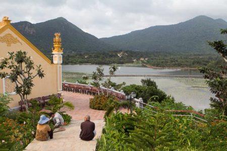 Mönch im Gespräch mit Gärtnern auf der Insel Con Dao. Foto: Ingo Paszkowsky