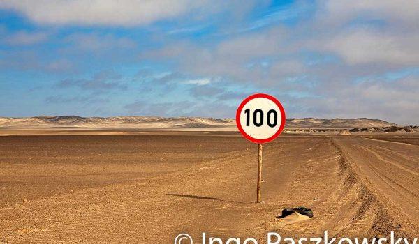 Nichts für Raser, aber selbst 100 kmh sind für diese Sandpiste rechts riskant. Geschwindigkeitsberenzung auf Sandpiste im Skeleton Coast National Park in Namibia. Foto: Ingo Paszkowsky