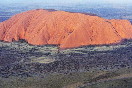 Der Uluru oder Ayers Rock liegt mitten im roten Zentrum Australiens. Foto: Ingo Paszkowsky