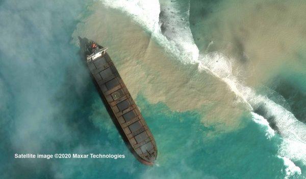 Die MV Wakashio liegt vor Mauritius auf einem Korallenriff auf Grund. Noch tritt kein Öl aus. Die Satellitenaufnahme ist vom 1. August 2020. / Foto: Satellite image ©2020 Maxar Technologies