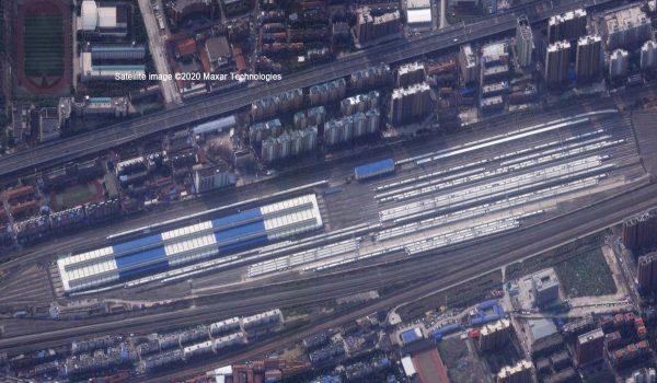 Nach dem Ausbruch von COVID-19: Der Bahnhof Dongdamen in Wuhan, China, dienst nur noch als großes Zugdepot. Auch auf der naheliegenden Straße sind auf der Aufnahme vom 25. Februar 2020 kaum noch Autos unterwegs. / Foto: Satellite image ©2020 Maxar Technologies