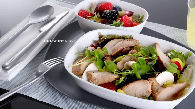 Das Standard-Geschirr durch geschmackvolles, individuell gestaltetes Servicegeschirr aus 30 Prozent biobasierten Materialien ausgetauscht, die auch neues Besteck umfassen. / Credit Delta Air Lines