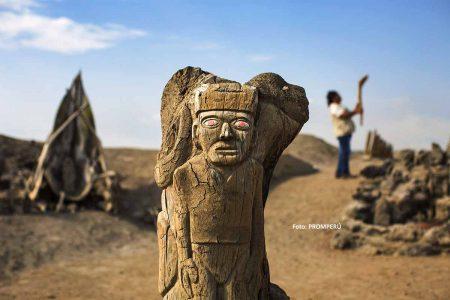 Totem im Bereich des Zeremonienbrunnens im archäologischen Komplex El Brujo. / Foto: PROMPERÚ