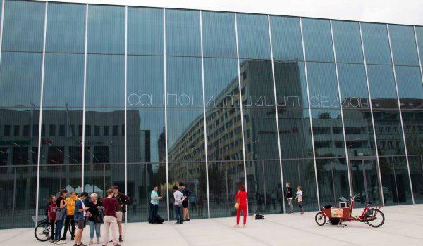 Bauhaus Museum Dessau - der Schriftzug ist nur gut zu lesen, wenn er beleuchtet wird. / Foto: Ingo Paszkowsky