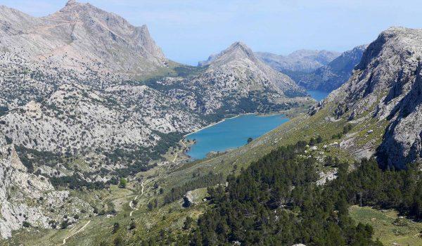 Mallorca: Blick vom Gipfel des Puig de L'Ofre auf den Cuber-See. / Foto: WeltReisender.net / Christiane Jonas